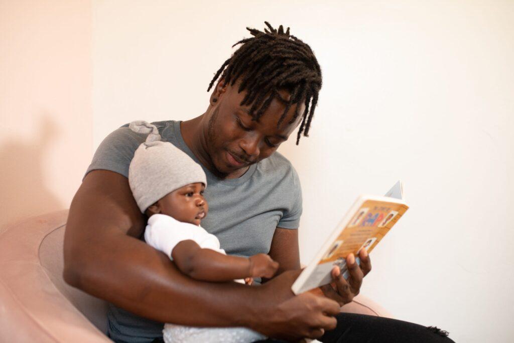 Artikel om sömnproblem hos barn. Pappa läser saga för sitt barn.