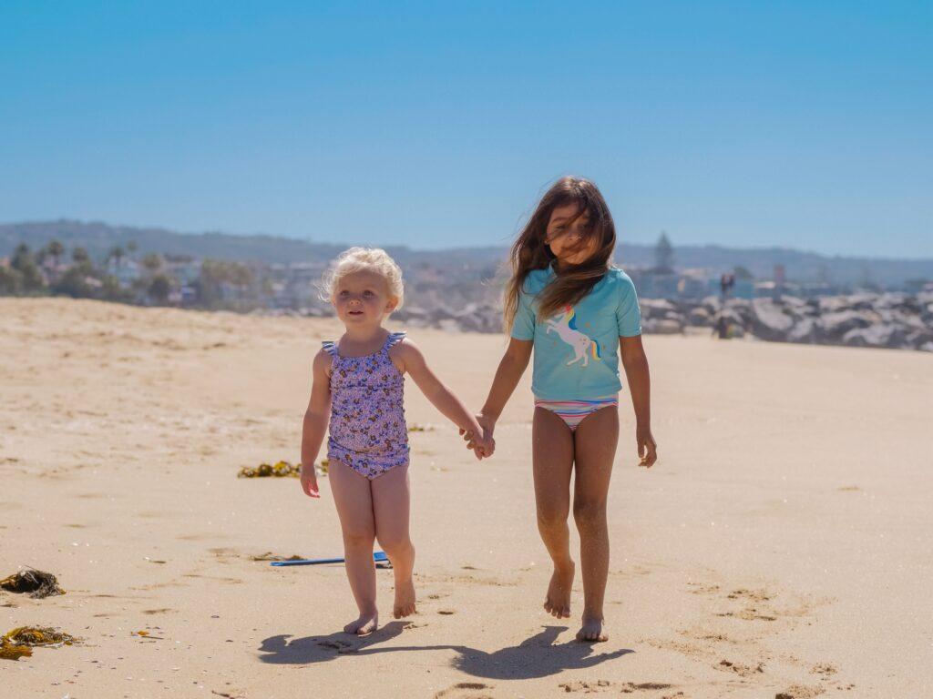 Barn leker på stranden Solskydd Barn Idun Barnklinik Kungsholmen